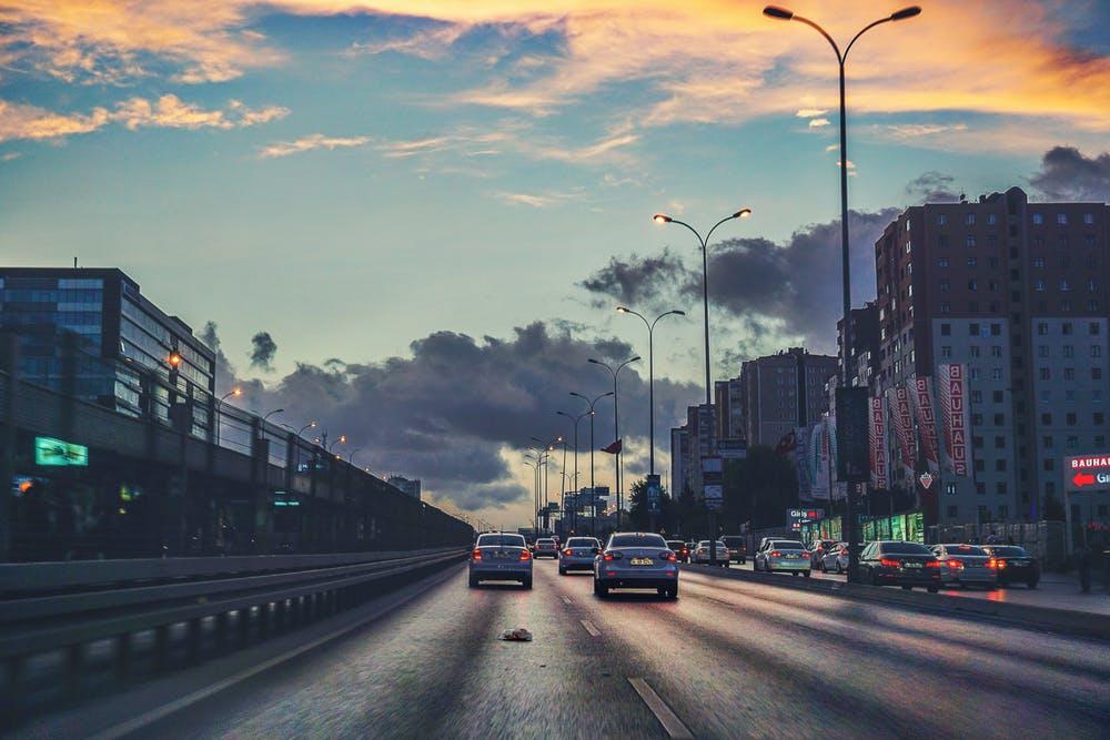 autotransport hjælper nødstoppende biler